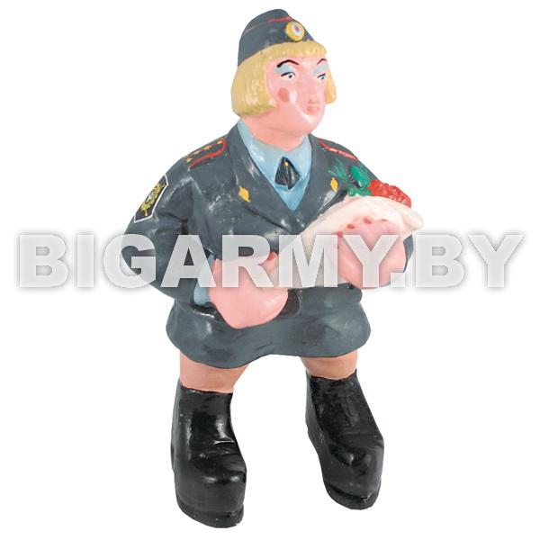 Фигурка гипсовая Дама - сотрудник МВД с букетом цветов