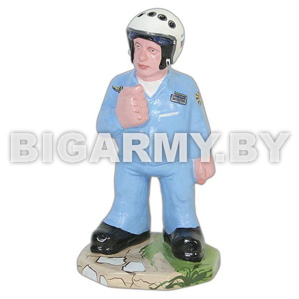 Фигурка гипсовая Летчик в гермошлеме в голубом комбинезоне